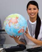 Iddialı bir iş kadını holding karasal globe — Stok fotoğraf