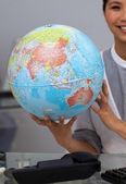 Iddialı bir iş kadını holding karasal globe — Foto de Stock