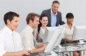 çok etnik gruptan oluşan iş ve bilgisayarlarla çalışan yöneticisi — Stok fotoğraf