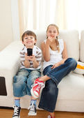 Fratelli felici, guardando la tv — Foto Stock
