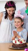 Famiglia felice festeggiare un compleanno — Foto Stock