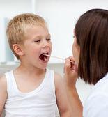 Primer plano de un médico examinando la garganta del paciente — Foto de Stock