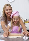 Mère et fille de cuisson dans la cuisine — Photo