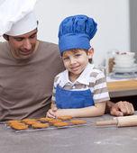 Père et fils, cuisson dans la cuisine — Photo