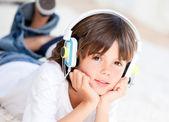 Liitle çocuk duyuyor müzik — Stok fotoğraf