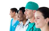 Multietniska medicinska gruppen står i en kö — Stockfoto