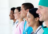多民族医疗团队站在一条线 — 图库照片