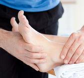 Primo piano di una donna di godere di un massaggio ai piedi — Foto Stock