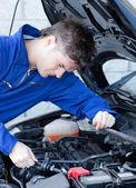 Sebejistí muži opravy auto — Stock fotografie