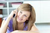 жизнерадостная женщина разговаривает по телефону на кухне — Стоковое фото