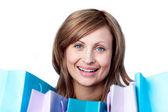 Schöne frau zeigt ihre einkaufstaschen — Stockfoto