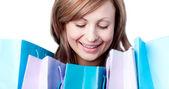 ładny kobieta pokazano jej torby na zakupy — Zdjęcie stockowe