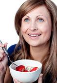Mooie vrouw met een gezond ontbijt — Stockfoto