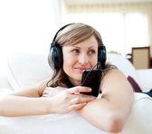 Portrait d'une jolie femme écoutant de la musique avec headpho — Photo