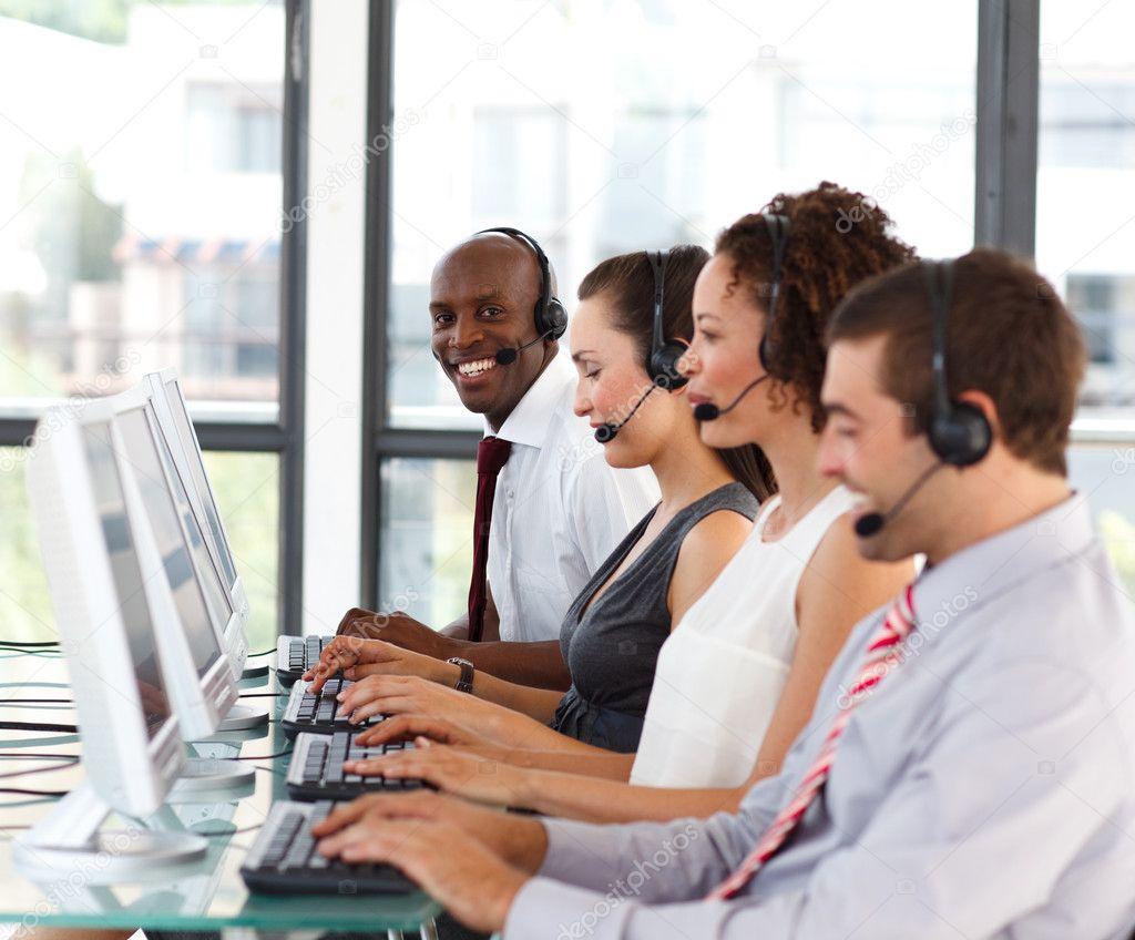 Sorrindo Empresário Africano-americano Em Um Call Center