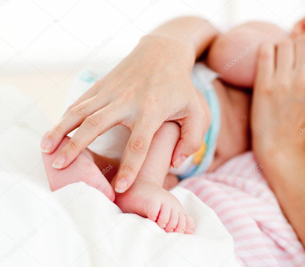 Как брать на руки новорожденного ребенка фото