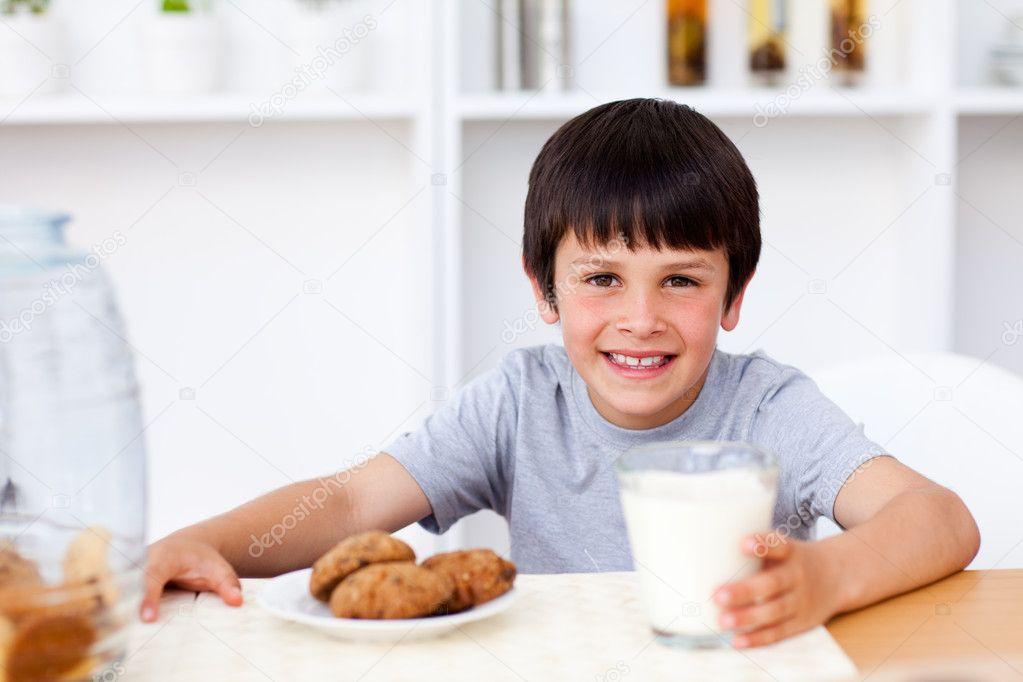 Hombre bebiendo leche de mama