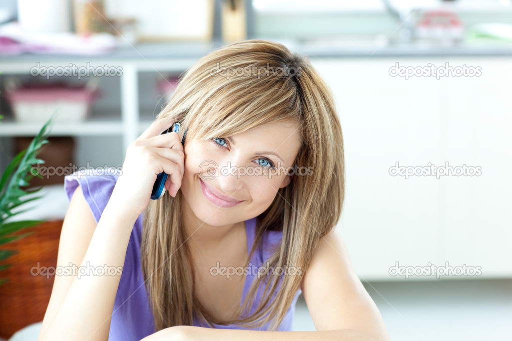 Portrait of a cheerful woman using a phone in the kitchen at home — Stock Photo #10318540