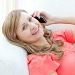 femme heureuse parler téléphone allongé sur un canapé — Photo