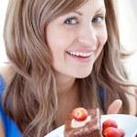gaie femme tenant un morceau de gâteau au chocolat — Photo