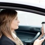 blond Geschäftsfrau, die einen Text senden, während der Fahrt — Stockfoto