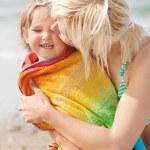 亲吻她笑的女儿母亲的画像 — 图库照片