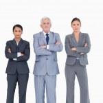 tři podnikatelé s rukama založenýma na — Stock fotografie