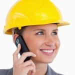 携帯電話、ヘルメットと女性建築家のクローズ アップ — ストック写真