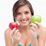 iki elma tutan genç gülümseyen kadın — Stok fotoğraf