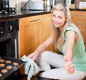 Süße hausfrau, die vorbereitung von cookies — Stockfoto