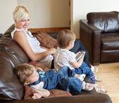 家族はソファに座って — ストック写真