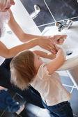 Familia lavarse las manos — Foto de Stock