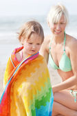 An interested girl and her mother at the beach — Stock Photo