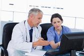 Professionele medisch team werken met een computer — Stockfoto