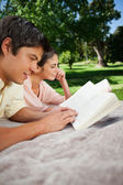 Two friends reading books in a park — Stock Photo