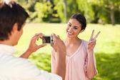 Homem tira uma foto de seu amigo dando o sinal de paz — Fotografia Stock
