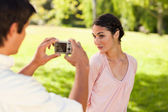 Man takes a photo of his friend while she poses — Stock Photo