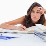 Gelangweilte Schüler ihre Hausaufgaben — Stockfoto