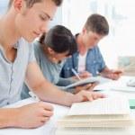 3 人の学生が勉強のクローズ アップ — ストック写真