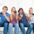 A group of friends playing video games together — Stock Photo