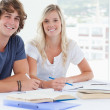 Smiling couple of students looking at the camera — Stock Photo