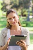 женщина с планшетного компьютера в сельской местности — Стоковое фото