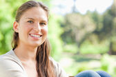 Smiling woman spending her day in the park — Stock Photo