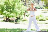 彼女は公園でヨガの練習をやっている女性 — ストック写真