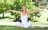 Yoga egzersizleri yapıyor çim üzerinde gülümseyen — Stok fotoğraf