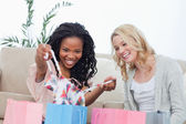 A woman shows her friend clothes she bought — Stock Photo