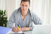 Retrato de um estudante fazendo sua lição de casa — Fotografia Stock