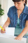 Kijkende student haar huiswerk — Stockfoto