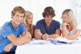 Een groep studenten elkaar zitten als ze alle studie als één si — Stockfoto