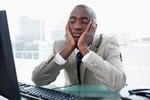 Empresario aburrido mirando a su ordenador — Foto de Stock